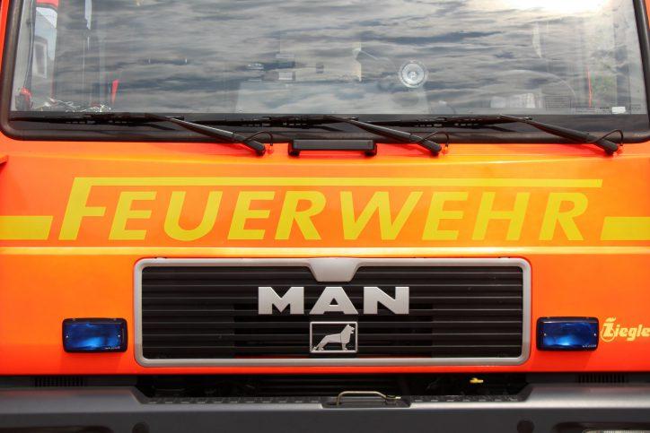 Feuerwehr löscht brennenden Metallcontainer