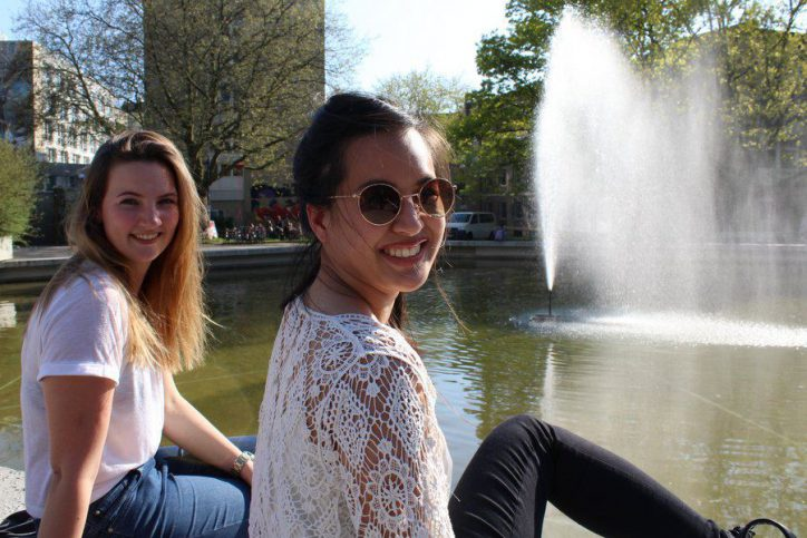 Susann und Sophia genießen die Sonne in hellen und luftigen Oberteilen. Sie brauchen unbedingt noch etwas in blau-weiß gestreift, haben sie uns erzählt. Foto: Leon Battran