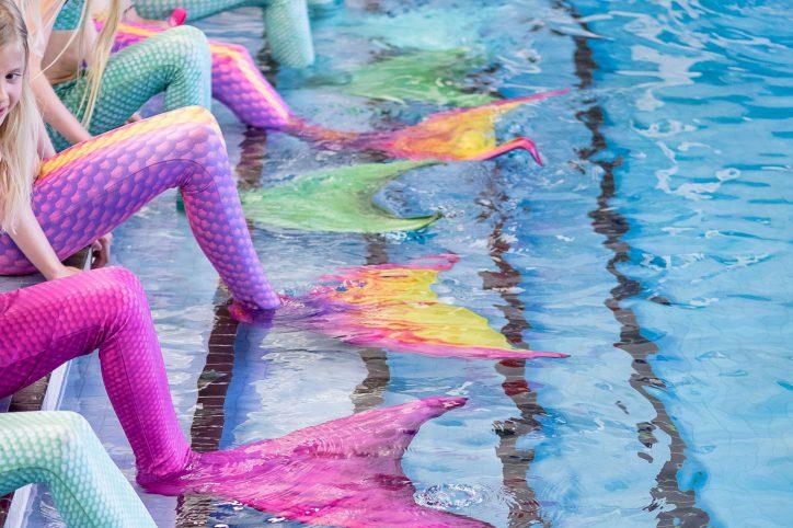 Im Meerjungfrauenkurs von Doreen Hannemann lernen die Kinder zu schwimmen, wie eine Meerjungfrau. Foto: Marcel Ruhnau