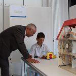 Ein Schüler erklärt sein Experiment. Foto: Alisa Pflug
