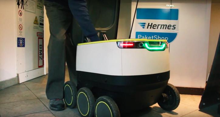 Ein Lieferroboter von Hermes wird mit Paketen befüllt. Die Firma Starship stellt die Roboter her.