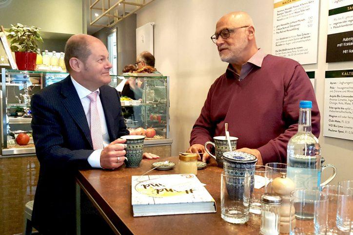 Hamburgs Erster Bürgermeister Olaf Scholz und Gastronom Hanna Saliba trinken schwarzen Tee mit frischer Minze. Foto: Anna Gröhn