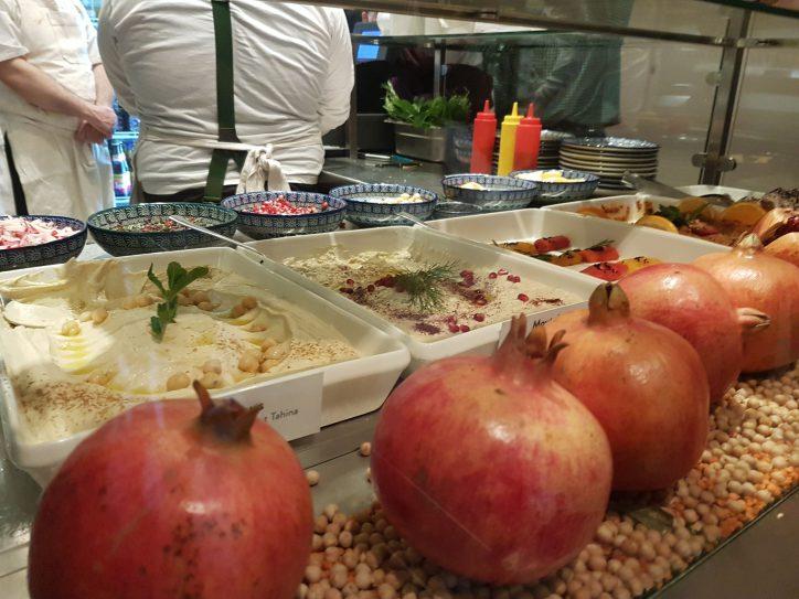 Granatäpfel werden unter anderem in Syrien kultiviert und sind fester Bestandteil der syrischen Küche. Im Salibaba in Eimsbüttel gibt es neben Granatäpfeln natürlich auch andere syrische Spezialitäten, wie Hummus und Tahina. Foto: Anna Gröhn
