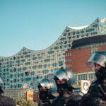 Titelthema: G20-Proteste & was wir daraus lernen können? In einem Kommentar wollen wir euch einen Rückblick auf die gewalttätigen G20-Proteste verschaffen. Darüber hinaus haben wir viele Fotos für euch, die unsere Fotografen an den G20-Tagen aufgenommen haben. Foto: Alex Povel
