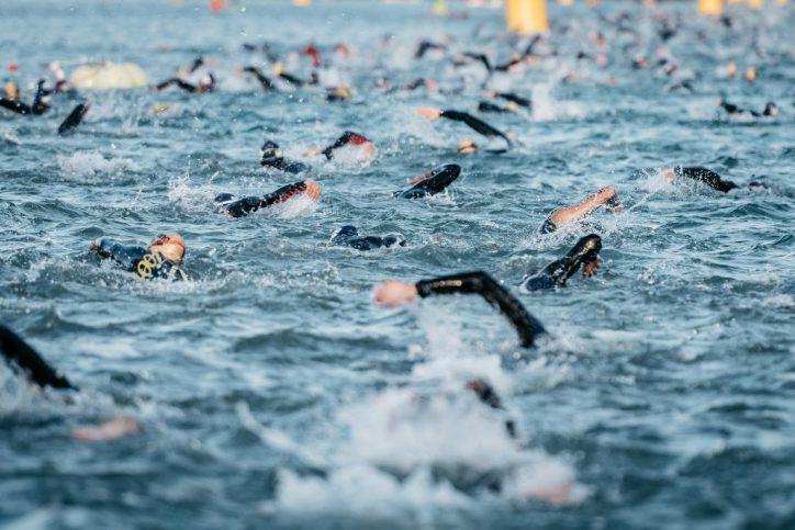 In Hamburg schwimmen die Teilnehmer 3,8 km durch die Alster. Foto: Getty Images for Ironman