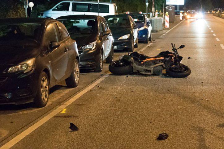 Das kaputte Motorrad liegt auf der Julius-Vosseler-Straße. Foto: JOTO