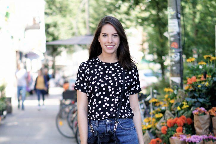 Brenda kommt aus Brasilien und freut sich mit cremefarbenen Slippern und Fransentasche über die Sonne in Hamburg. Foto: Laura Lagershausen