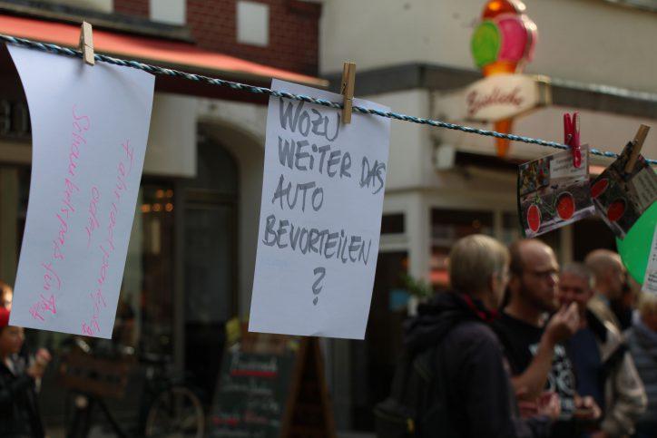 Mit Botschaften an einer Leine formulieren die Besucher ihre Kritk und Ideen. Foto: Phillip Holländer