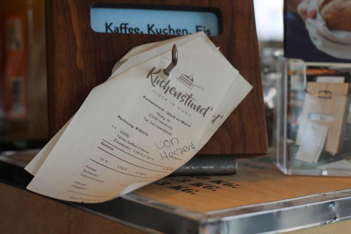 """""""Von Herzen"""" - Spender schreiben auch Nachrichten auf den Bon. Foto: Phillip Holländer"""