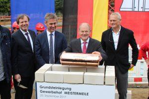 """Olaf Scholz legt die """"Zeitkapsel"""" in den Grundstein der Meistermeile. Foto: Phillip Holländer"""