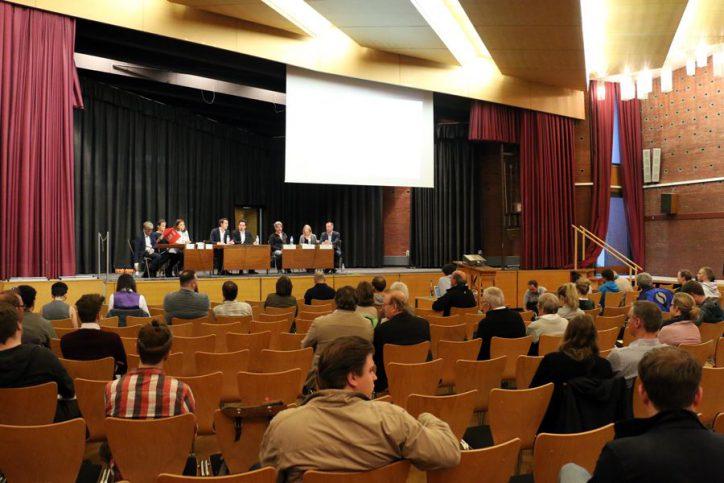 Die Podiumsdiskussion mit Direktkandidaten im Hamburger Haus Foto: Niklas Heiden