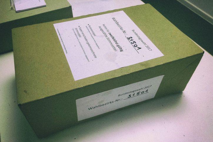 Nach der Auszählung werden die Stimmzettel in einem Karton verziegelt und zur Wahldienststelle gebracht. Foto: Phillip Holländer