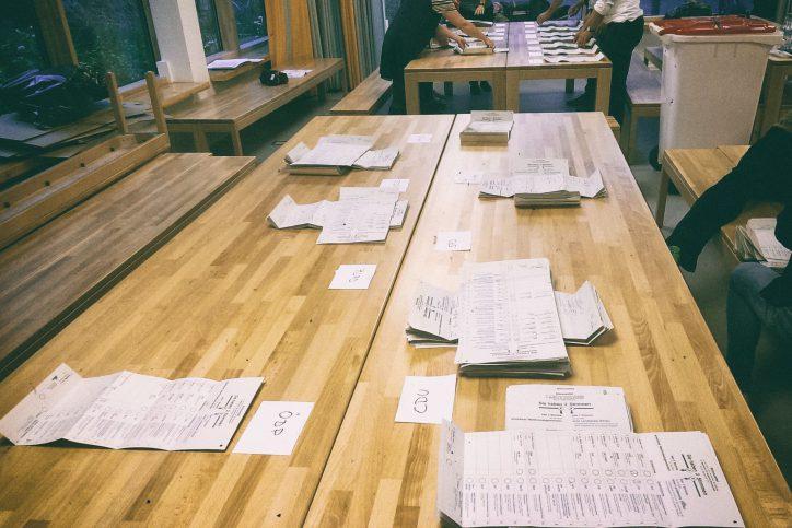 Für die Auszählung werden zu jeder Partei Stapel von Stimmzetteln gebildet. Foto: Phillip Holländer
