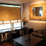 """""""Es wird keine rot-weiß karierte Tischdecken geben!"""" Soviel Klischee wollten sie nicht. Dafür verbinden sie dunkle Tische mit der Wärme des Holzes. Foto: Phillip Holländer"""