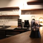 Auch der Wein wird aus der Schweiz kommen. Noch wird aber kräftig eingerichtet. Foto: Phillip Holländer