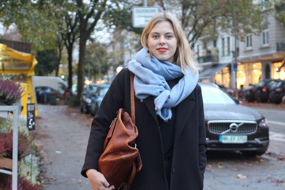 Hanna kombiniert ihr Herbstoutfit mit rotem Lippenstift und einem Rucksack im used look. Ihr hellblauer Schal ist ein absoluter Hingucker! Foto: Max Gilbert