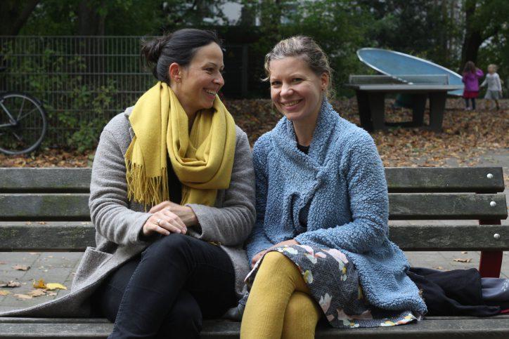 Chic in Strick! Die zwei Freundinnen tragen senfgelb passend zum Herbst. Foto: Olivera Zivkovic