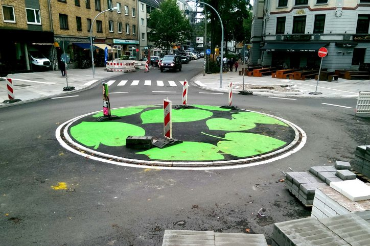 """Neues Motiv für die Osterstraße? Die neue Kreisel-""""Begrünung"""" am Stellinger Weg Ecke Heußweg. Foto: Phillip Holländer"""