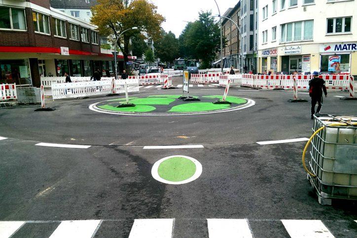 Die Einfahrten in den Kreisel Methfesselstraße / Osterstraße werden von grünen Kreisen geziert. Foto: Phillip Holländer