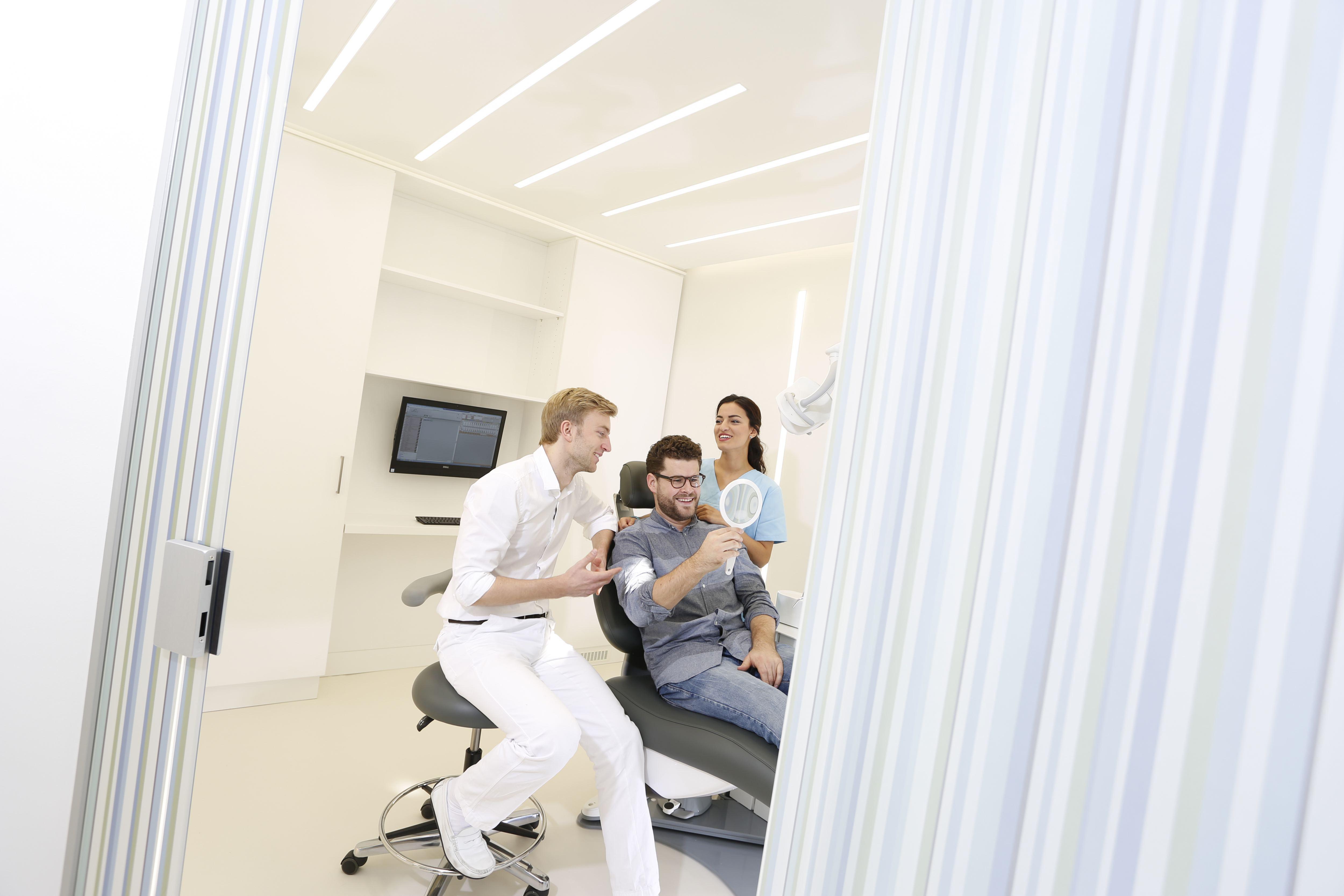 Dr. Thore Thomsen bei der Zahnreinigung.