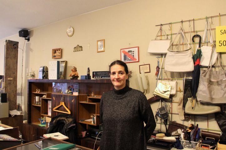 Sonja Paulmann in ihrem Gebrauchtwarenladen. Foto: Vanessa Leitschuh