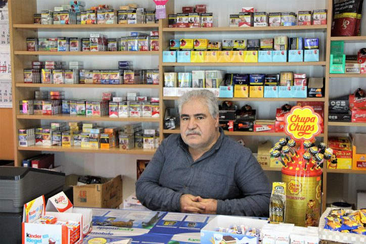 Nur noch wenige Tage bleiben dem Kioskbesitzer Emin Kaya in seinem Laden am Schulterblatt. Foto: Vanessa Leitschuh