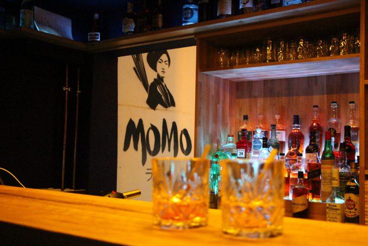 Die Bar im unteren Bereich des MOMO Ramen-Restaurants. Foto: Vanessa Leitschuh