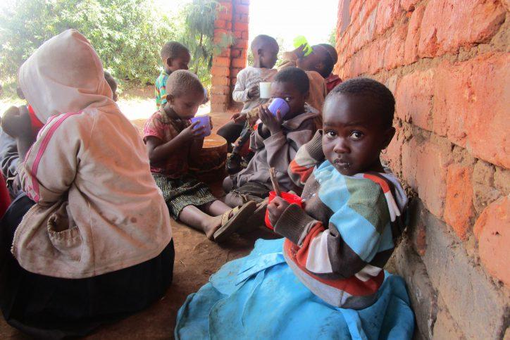 Schul- und Kindergartenkinder in Malembuli. Foto:  Astrid Hempfling.