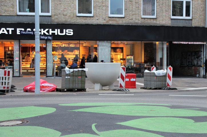 Pflanzenkübel am Kreisverkehr der Kreuzung Heußweg und Stellinger Weg. Foto: Vanessa Leitschuh