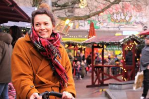 Sarah setzt mit warmen Farbtönen einen Kontrast zu dem kalten Hamburger Grau. Foto: Samantha Tirtohusodo