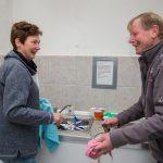 Anette Weber und Gerd Kiwitt beim täglichen Abwasch.