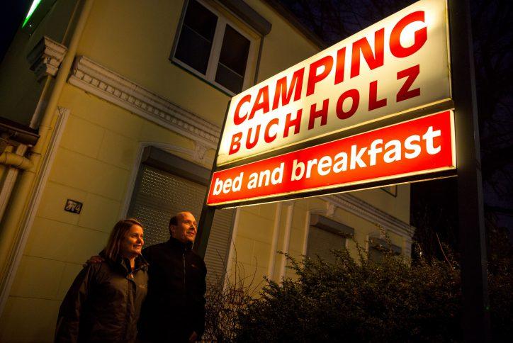 Ehepaar Buchholz im Lichte ihres ganzes Stolzes.