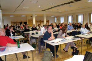 Die Bezirksversammlung muss künftig zusammenrücken. Der Sitzungsaal ist zur konstituierenden Sitzung gut gefüllt. Foto: Neele Wulff