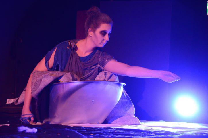 Henrietta Fleischmann als Hamms Mutter Nell auf der Bühne. Foto: Kalliope Universitätstheater e.V.