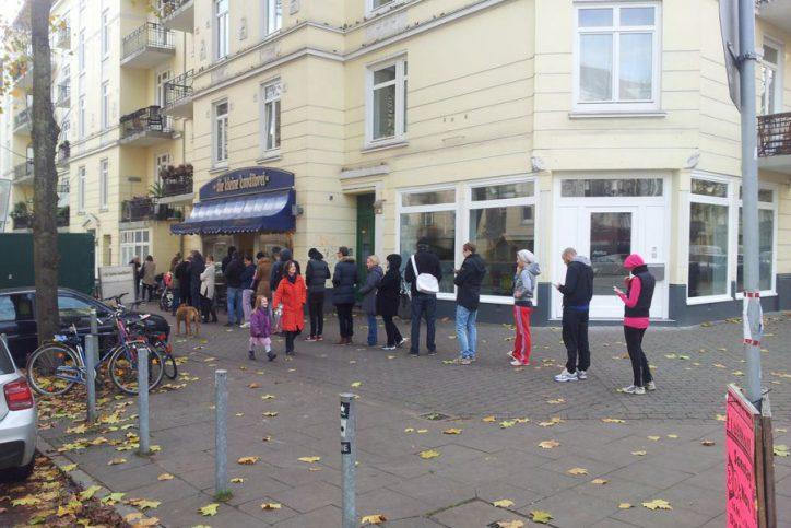 Samstagmorgen und man steht freiwillig 20 Minuten für ein Brötchen an: Das machen schließlich alle so! Foto: Eimsbütteler Nachrichten