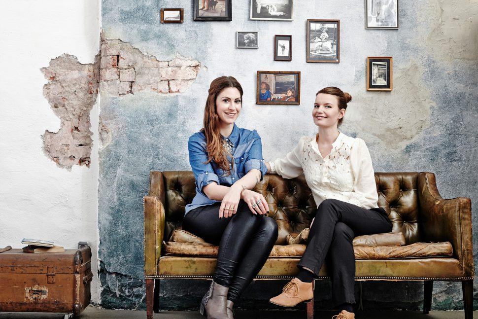 """Die beiden Gründerinnen von """"Vergiss mein nie"""" Madita van Hülsen und Anemone Zeim. Foto: Ilona Habben"""