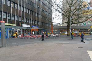 Am Sonntag findet auf dem Fanny-Mendelssohn-Platz ein buntes Rahmenprogramm rund um den verkaufsoffenen Sonntag statt. Foto: Monika Dzialas