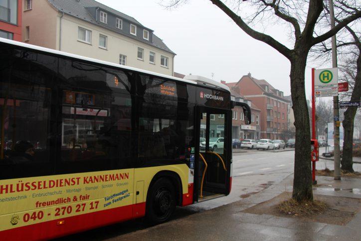 Metrobus Linie 4 am Langenfelder Damm Bushaltestelle Högenstraße. Foto: Amelie Maaß