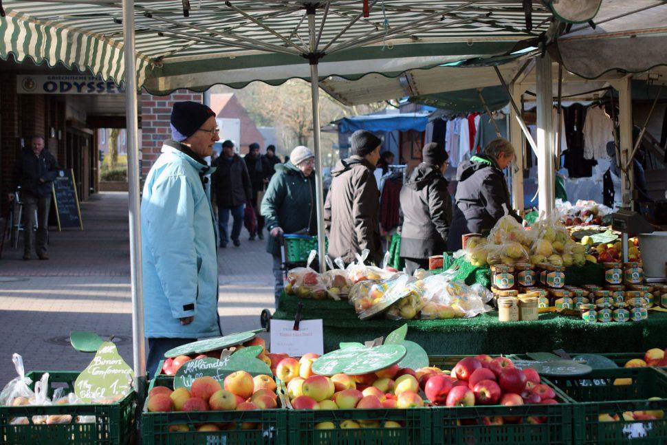 Wochenmarkt Eidelstädt, Obst- und Gemüsestände. Foto: Tessa Bleier
