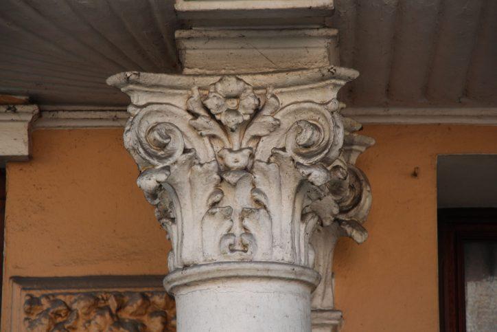 Eine Säule im Stil der Neorenaissance in der Mansteinstraße. Robin Eberhardt