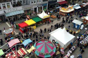 Das größte Straßenfest Hamburgs - das Osterstraßenfest in Eimsbüttel - von oben. Foto: Fiona Kleinert