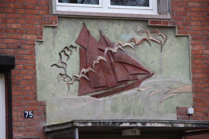 Ein Wandrelief an einem Klinkerbau in der Tornquiststraße. Foto: Robin Eberhardt