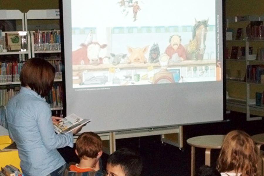 """Das Bilderbuchkino in der Bücherhalle Niendorf zeigt """"Bilderbuchkino: 7 grummelige Grömmels und ein kleines Schwein"""". Foto: Bücherhallen Hamburg"""