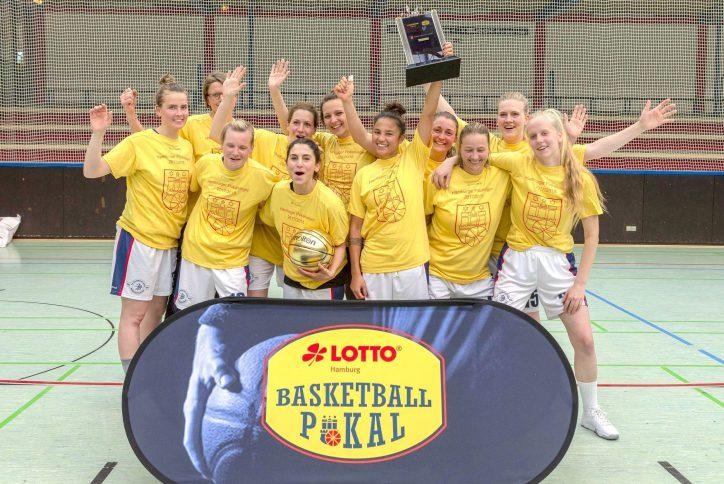 Die Basketballdamen der BG Hamburg West haben feiern den Pokalsieg. Foto: Patrick Willner