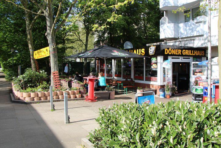 Zur warmen Jahreszeit kann man den Mittagstisch im Döner Grillhaus im freien genießen. Foto: Robin Eberhardt