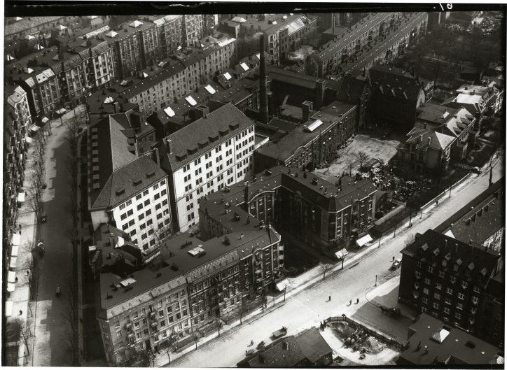Die Unnastraße, damals noch Teil des Eidelstedter Wegs, im Jahr 1931 mit dem Werk 1 der Beiersdorf AG. Quelle: Beiersdorf AG