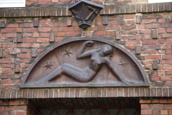 Ein Relief an einem klassischen Klinkergebäude. Robin Eberhardt