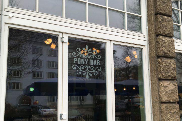 Die Pony Bar gegen Einwegbecher