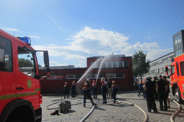 Auch die Bekämpfung eines Brandes auf dem Dach war Teil des Ausbildungswochenende der Jugendfeuerwehr Eimsbüttel. Foto: Gerhard Mögling