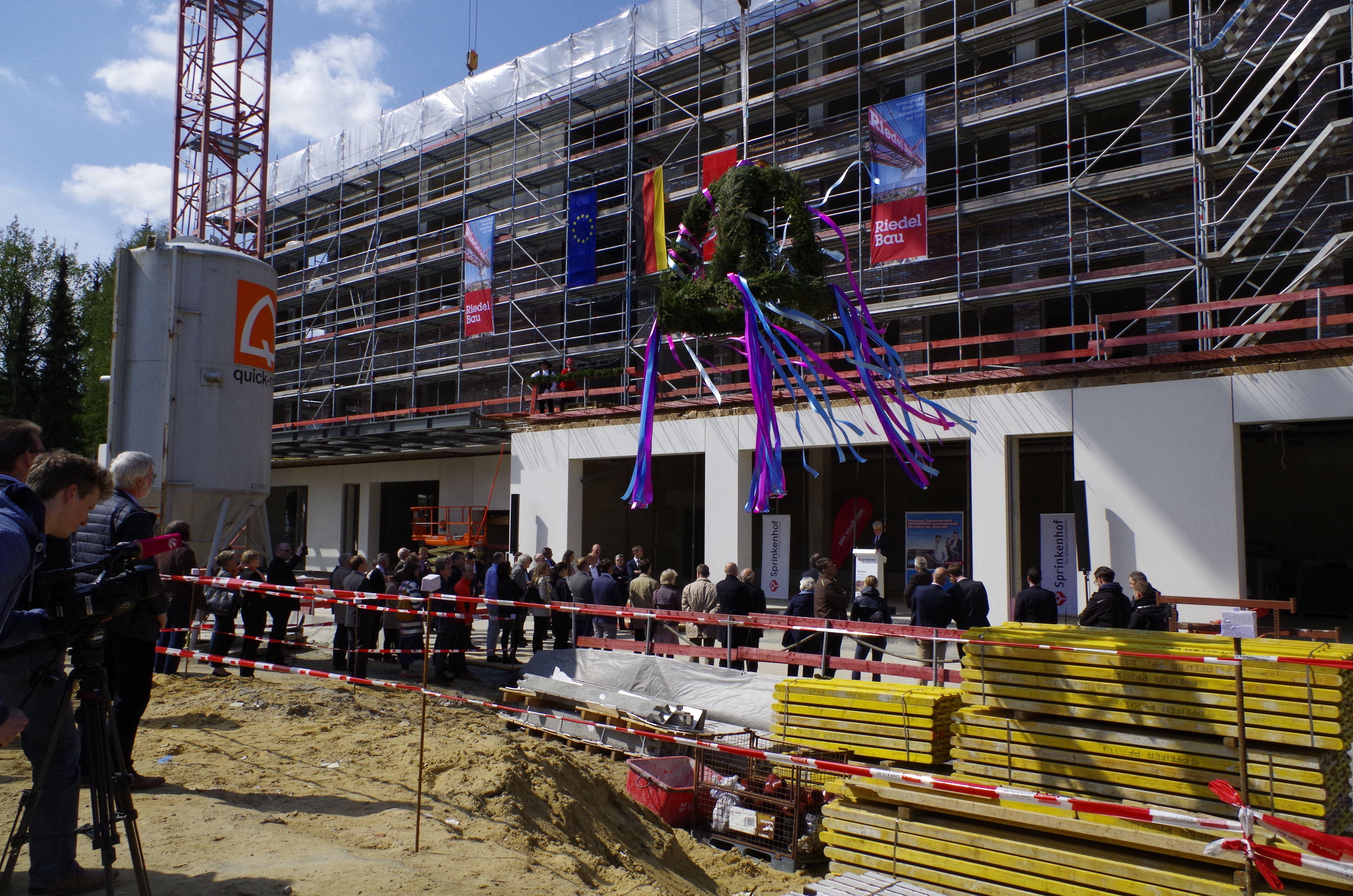 """Am Offakamp soll bald der Handwerkerhof """"Meistermeile"""" fertiggestellt und zu Beginn 2019 bezogen werden. Heute fand ein Richtfest des Gebäudes statt. Foto: Handwerkskammer Hamburg/Kretschmann"""